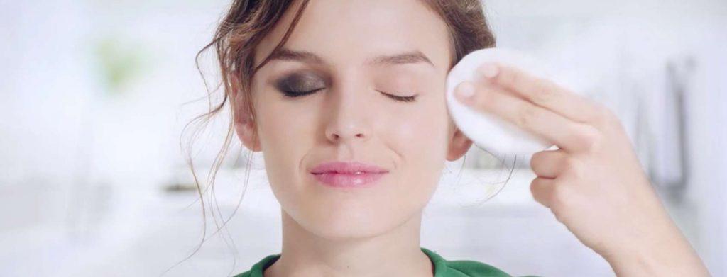 tirando a maquiagem