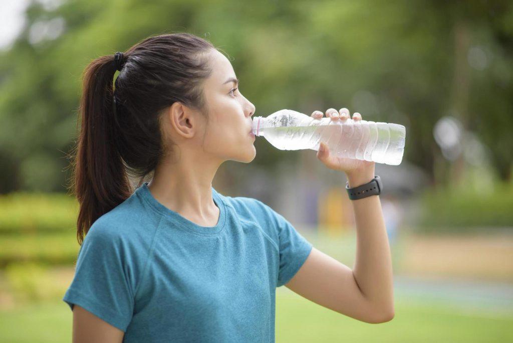 bebendo água