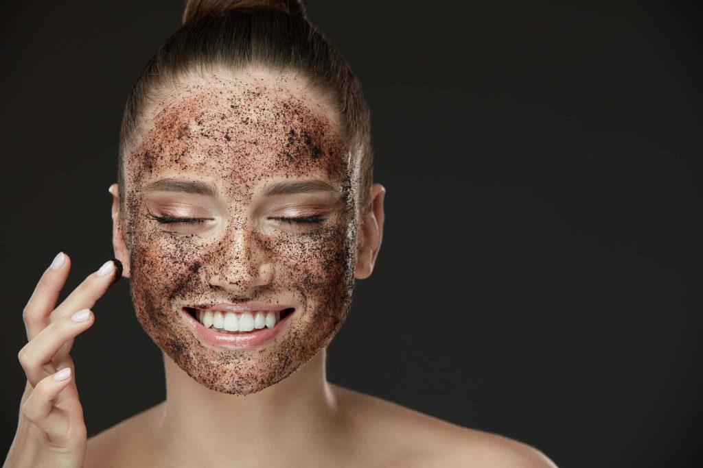 mulher esfoliando a pele